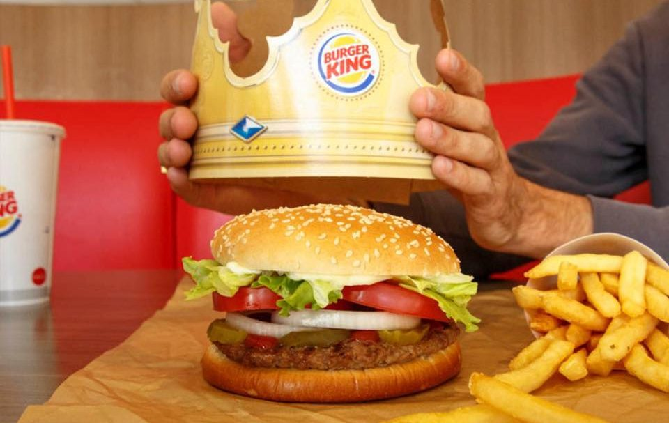 Burger King reparte coronas gigantes para la sana distancia